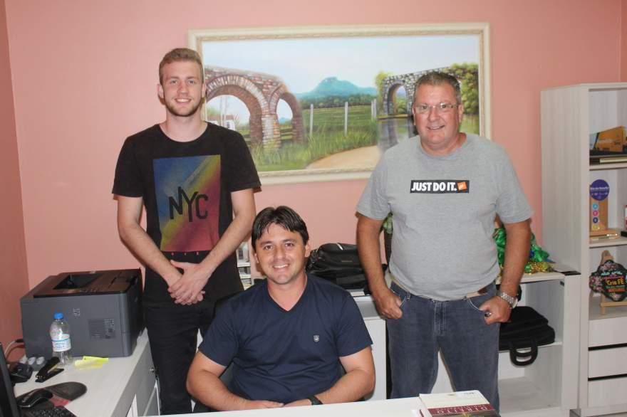 Secretario Dionatan Moralles (C) com Anderson Rohde e  Flávio Kochenborger