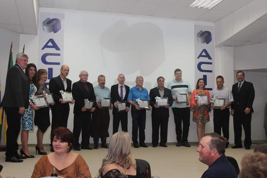 Todos os homenageados com membros da diretoria da Acic