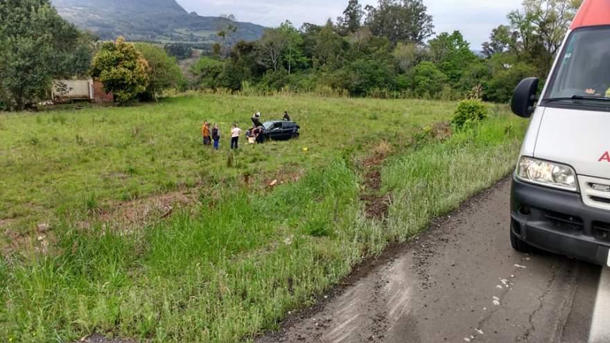 Carro foi parar em descampado após capotamento - Fotos: Arzélio Strassburger - Corpo de Bombeiros Voluntários de Candelária