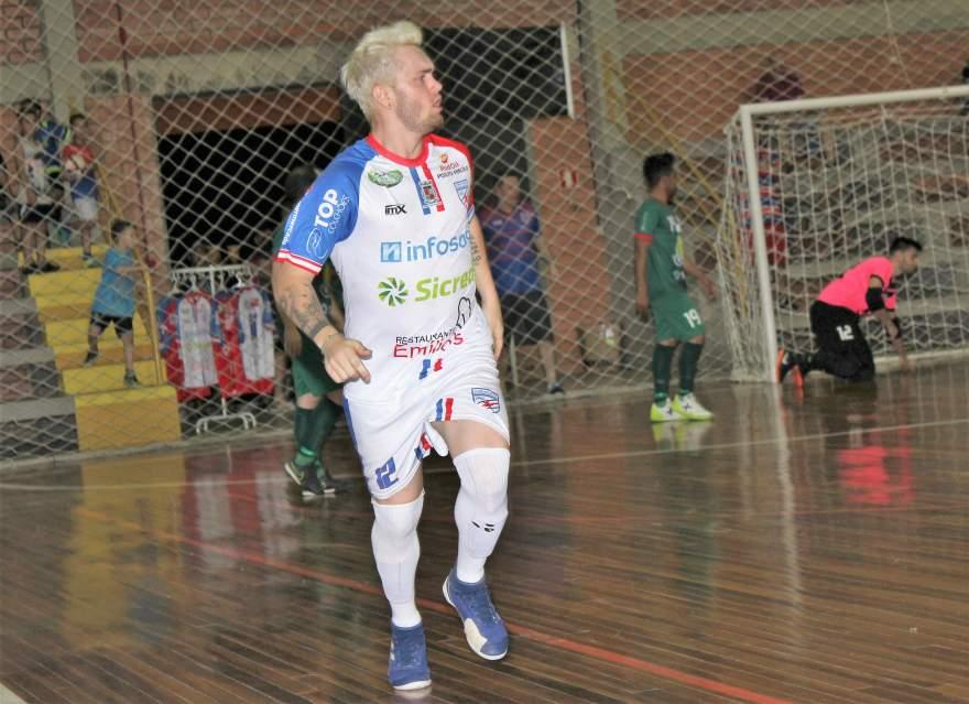 Mancha comemora o gol que abriu a vitória atletica com menos de 30 segundos de partida