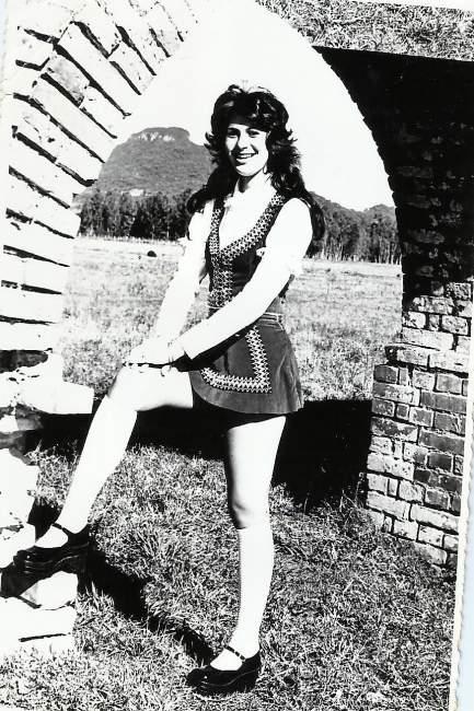 Rejane Jensen em traje típico como a Rainha do Sesquicentenário da Imigração Alemã