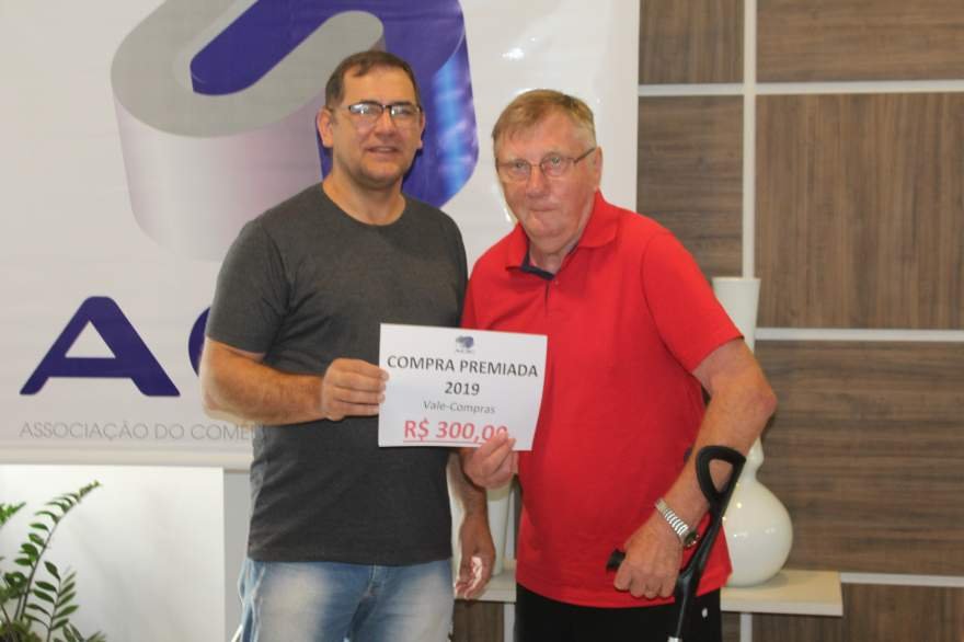 A entrega do prêmio para Enio Rutsatz