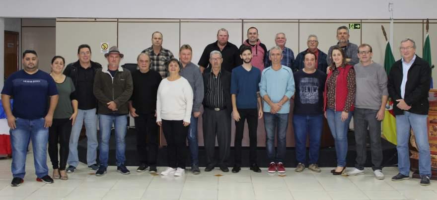 Os novos dirigentes do PDT ao lado de correligionários e de lideranças de outros partidos que prestigiaram a convenção