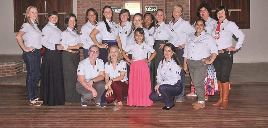 A nova patronagem do CTG Sentinela dos Pampas composta somente por mulheres - Foto: Odete Jochins / Folha