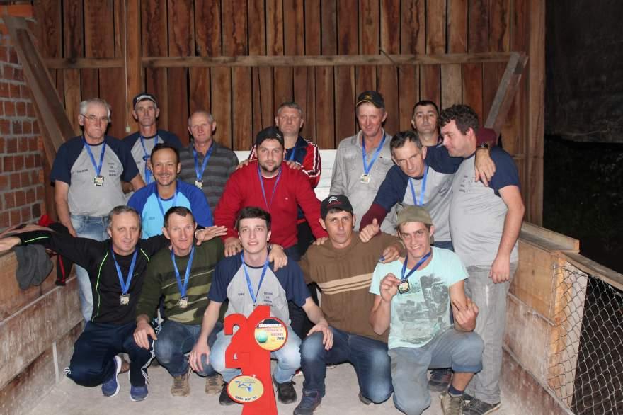 A equipe do Gaúcho com o troféu de vice-campeão