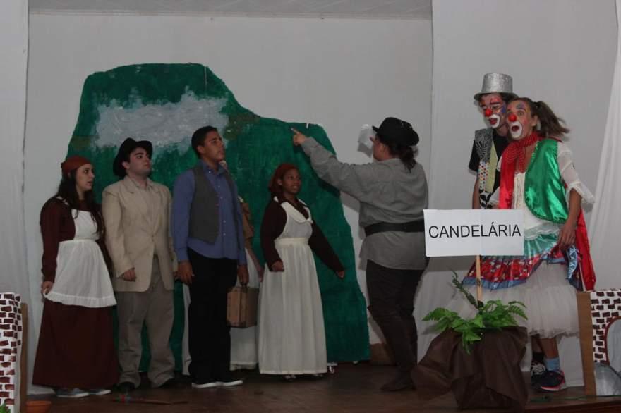 A encenação do Grupo Cara & Coragem sobre a história de Candelária