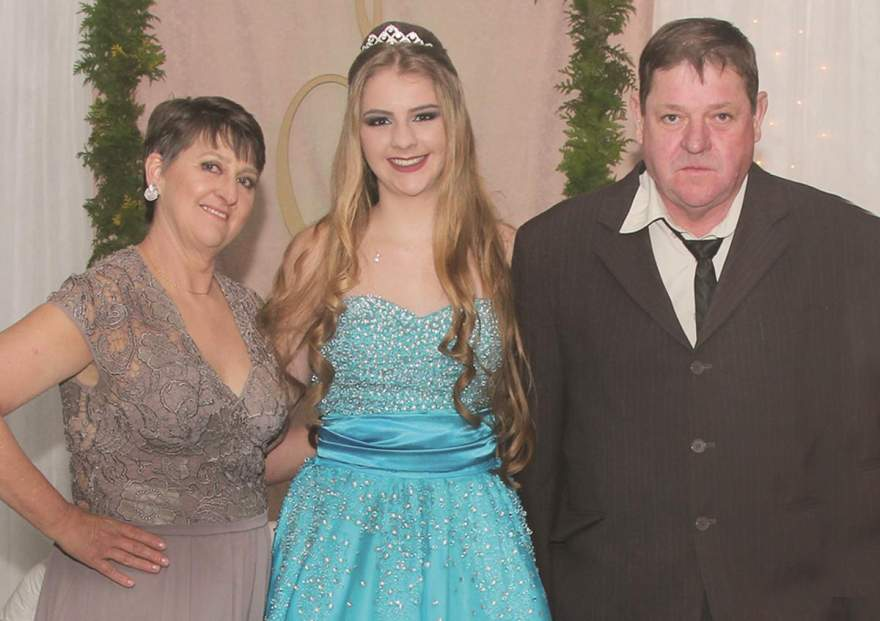A aniversariante com os pais Eliane e  Stosel Moises Braatz