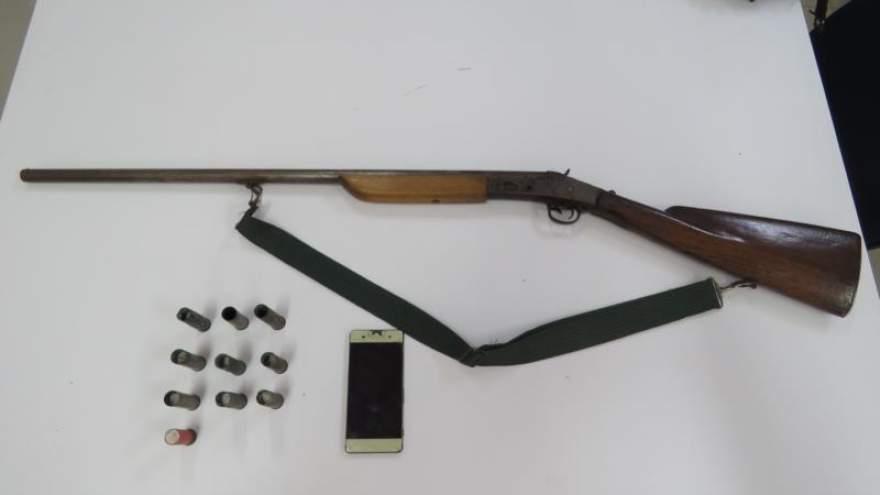 Um celular, uma arma e munições foram apreendidas na ação (Foto: Divulgação • Folha)
