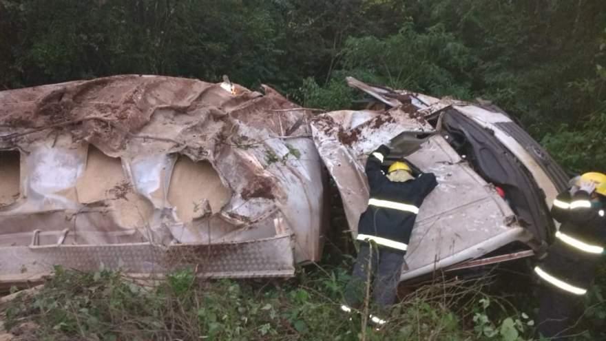 Caminhão ficou completamente destruido após queda na ERS 400 - Fotos: Arzélio Strassburger - Bombeiros Voluntários de Candelária