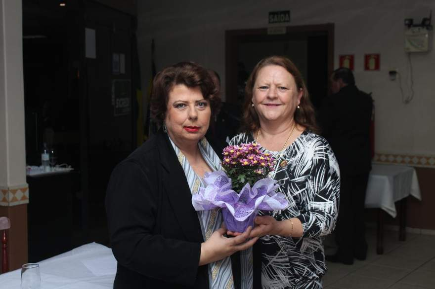 A vice-presidente da Casa da Amizade, Marlene Mahl, homenageou a esposa do novo presidente, Odete Jochims