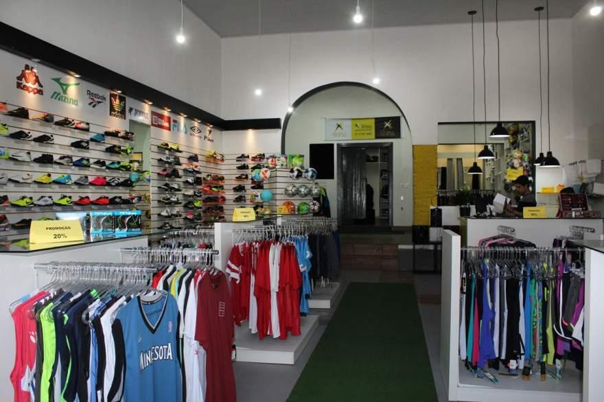 Loja oferece uma diversificada linha de roupas esportivas, incluindo agasalhos, abrigos, camisetas e tênis de várias marcas e modelos
