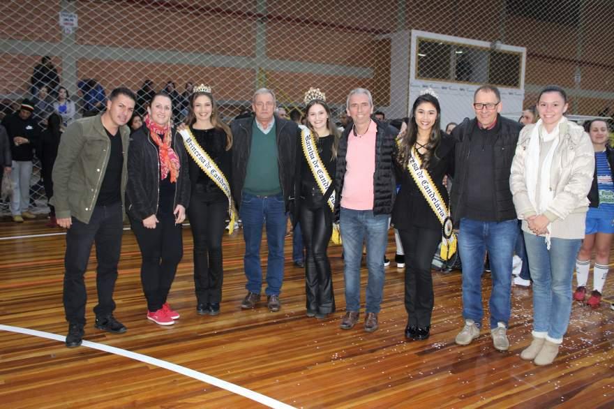 Prefeito, vice-prefeito, secretários e vereadores com o trio de soberanas na solenidade de premiação