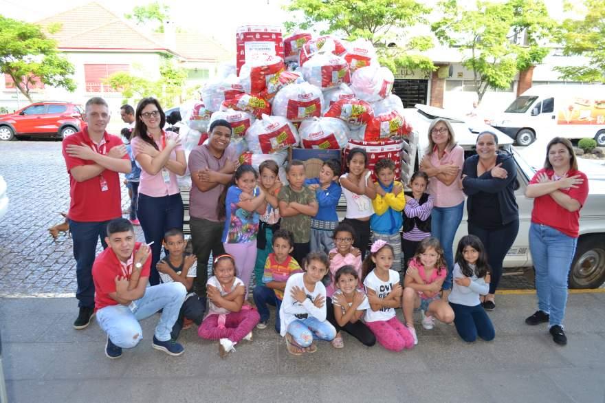 Filial das Lojas Benoit realizou a doação de tampinhas arrecadadas pela rede de lojas  para o Cecoas - Anderson Back - Folha