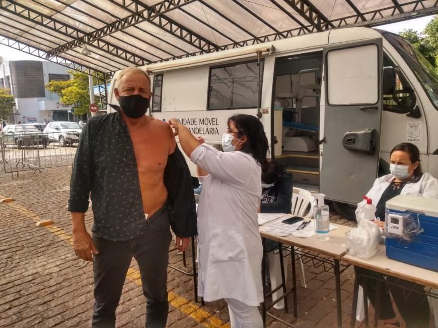 Prefeito tomou sua dose da vacina da Oxford na rua coberta