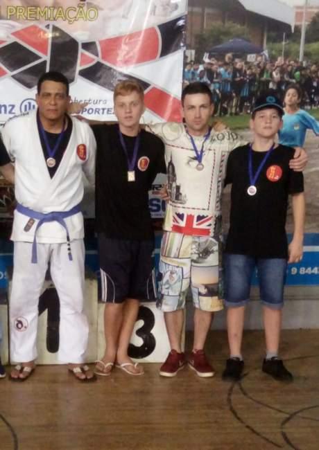 Lauri Espiridião, João Vitor, André Messias e Lucas Mateus com as medalhas conquistadas em Santa Cruz do Sul