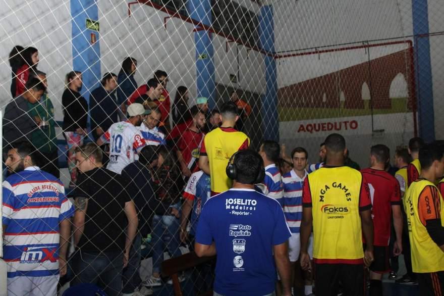 A segunda confusão, atrás do banco do Atlético, junto ao local em que estava a torcida visitante