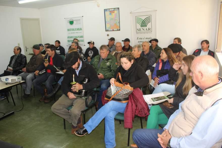 Produtores presentes ao encontro para ouvir orientações - Fotos: Tiago Mairo Garcia - Folha