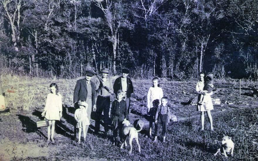 Linha Curitiba, julho de 1969: alguns dos pesquisadores do Museu do Mauá posam ao lado de moradores do local da antiga redução