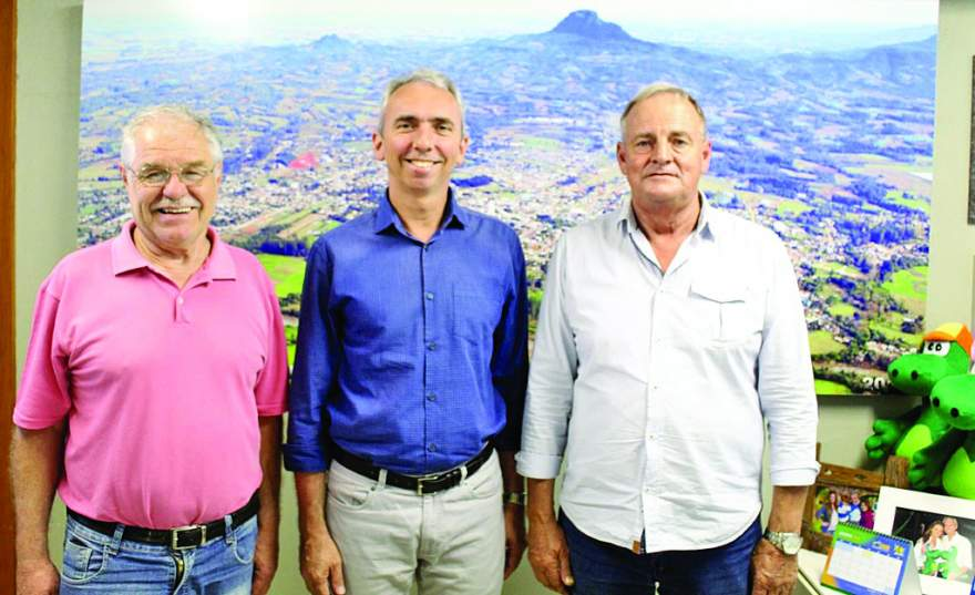Prefeito Paulo Butzge, entre o vice, Rim, e Rizzi: números animadores