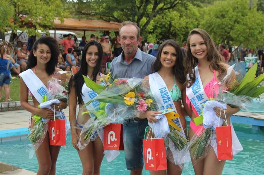 Edemar Morsch, o proprietário do balneário, com as vencedoras