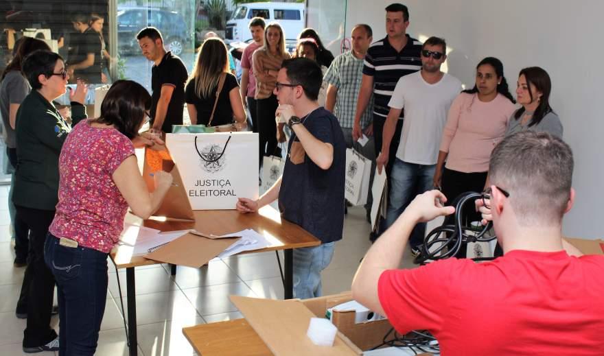 Pouco tempo após o final da votação, foi grande a movimentação no cartório eleitoral