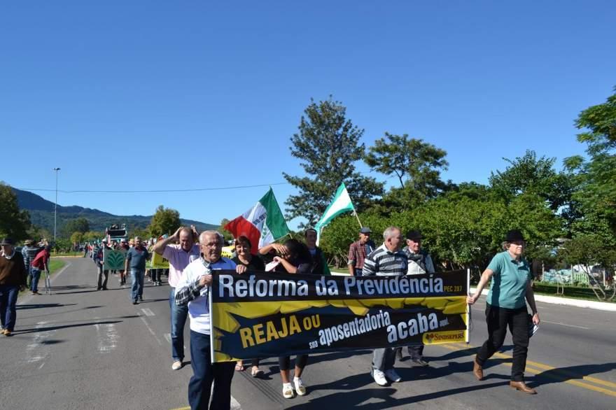 Protesto incluiu faixas carregadas pelos manifestantes