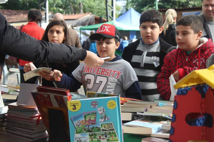 A principal matéria-prima da feira, os livros, despertaram o interesse do público, principalmente das crianças
