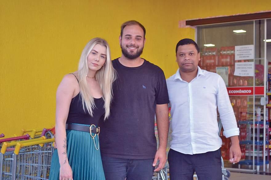 Empresário Gabriel Félix (centro), ao lado da noiva Luana Bredow e do gerente da unidade, Paulo Rogério Alves