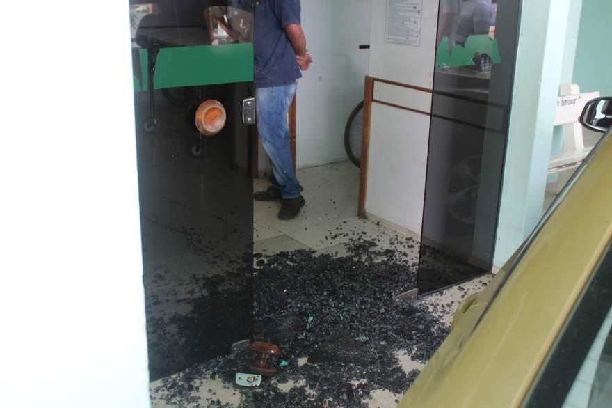 Porta de vidro foi destruída pelos disparos contra a vítima
