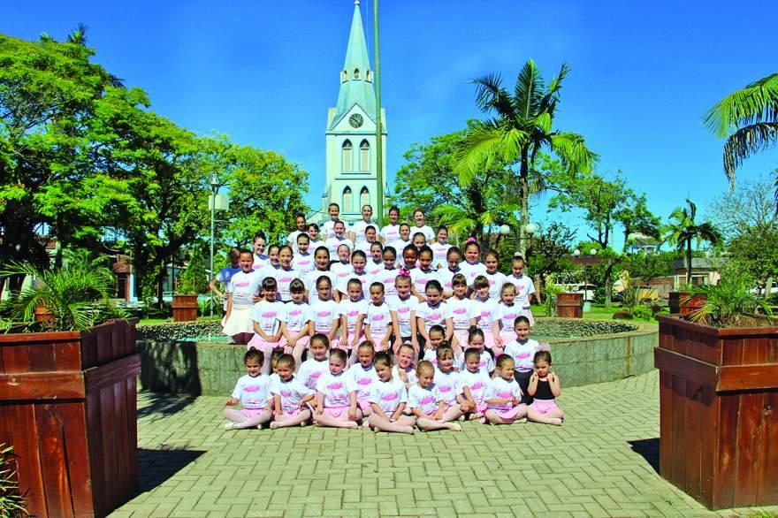 Integrantes da Escola de Ballet Vera Becker