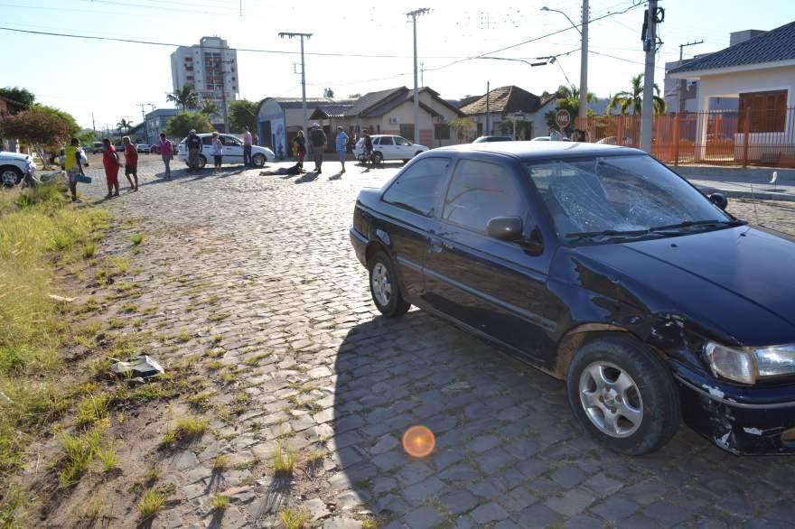 Lateral direita e para-brisa do automóvel ficaram danificados