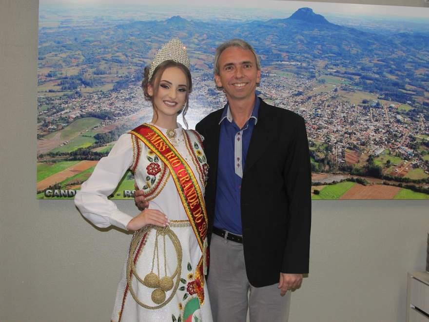 Emanuela e o prefeito Paulo Butzge