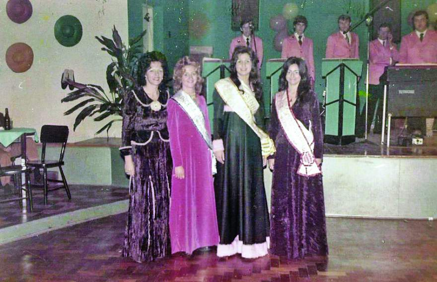 Asta Prass com a Rainha Rejane Jensen e as Princesas Nelita Koepp e Roseli Gewehr