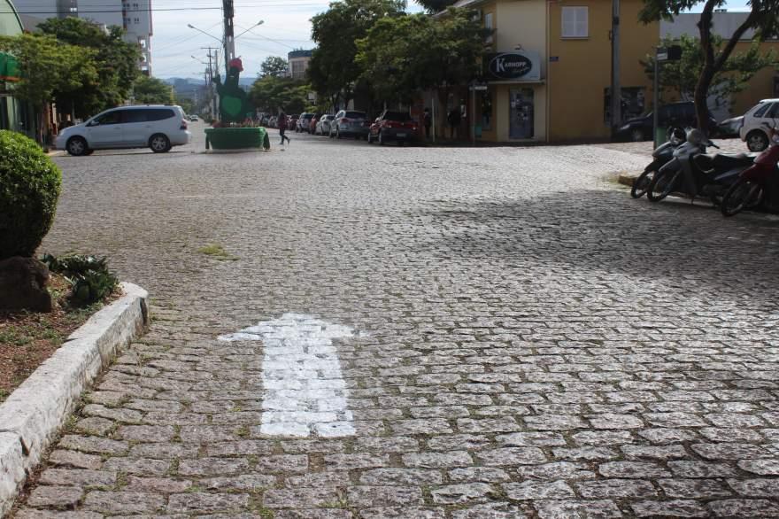 Percurso pelo centro da cidade está marcado com setas indicativas