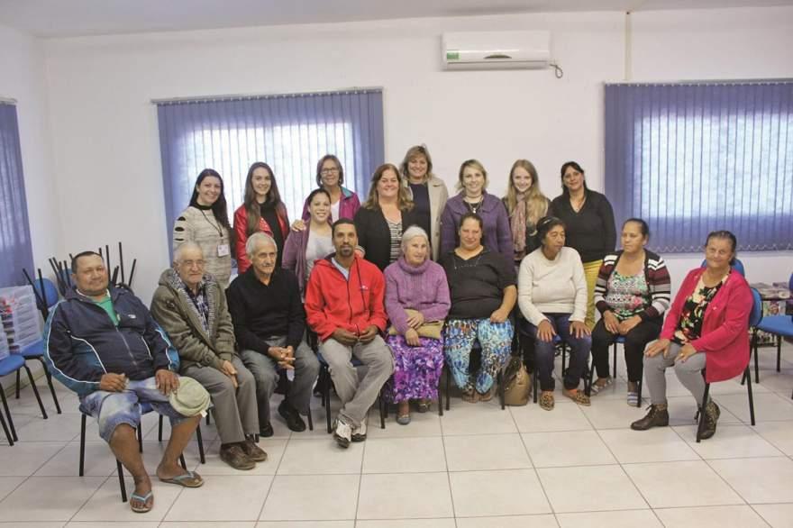 Alunos presentes na aula inaugural com os idealizadores do projeto - Fotos: Tiago Garcia - Folha