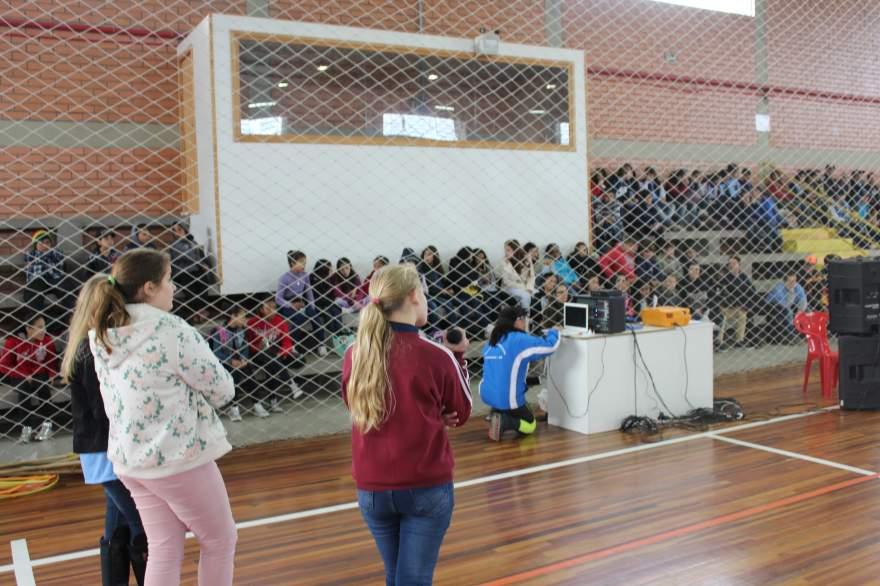 Alunos que integram as cooperativas escolares participaram de gincana comemorativa