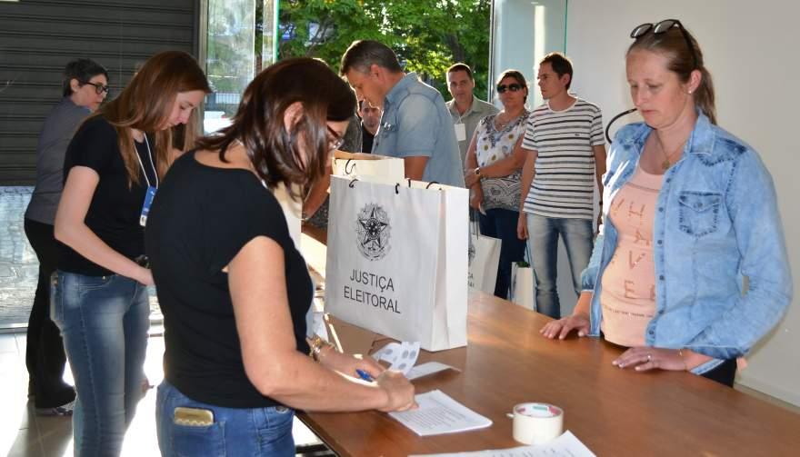 A primeira seção chegou ao cartório eleitoral às 17h16 e a última às 18h25