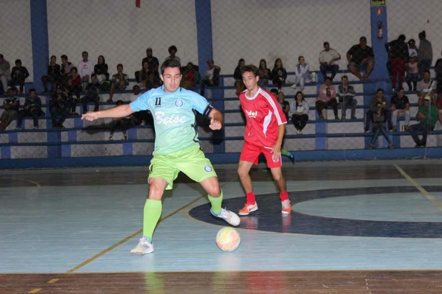 Inova, de Guto (com a bola) venceu o Gundel/Minuano por 4 a 1 - Fotos: Tiago Garcia - Folha de Candelária