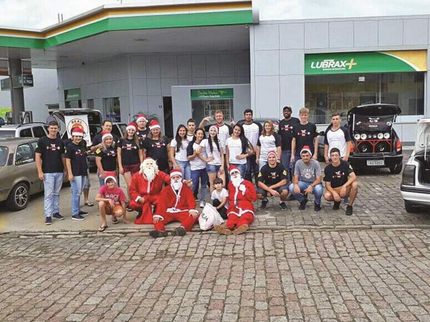 Integrantes das equipes Corta Giro e Alucinados com o Papai Noel: ação solidária