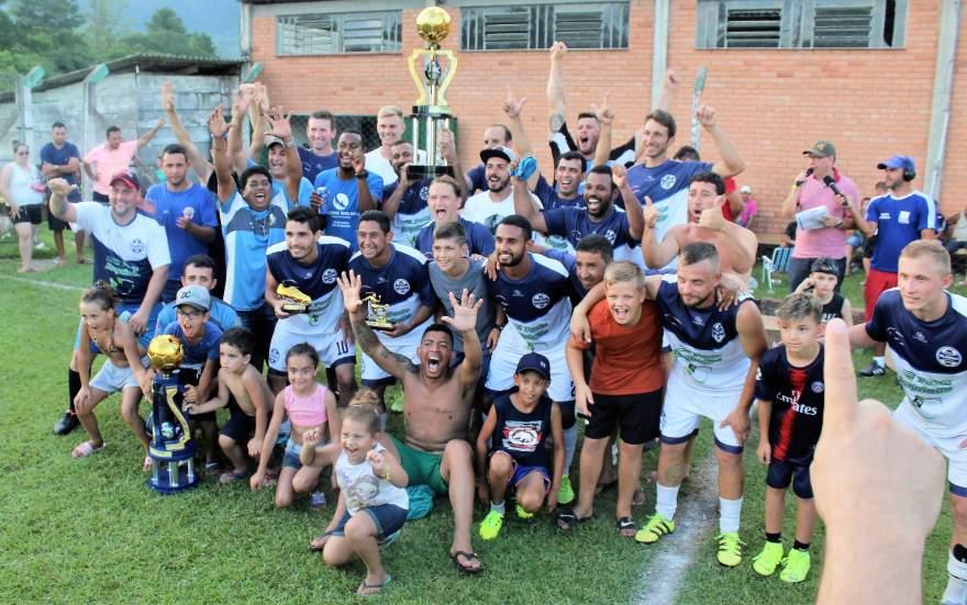 Equipe do Ewaldo Prass com o troféu de campeão da categoria A