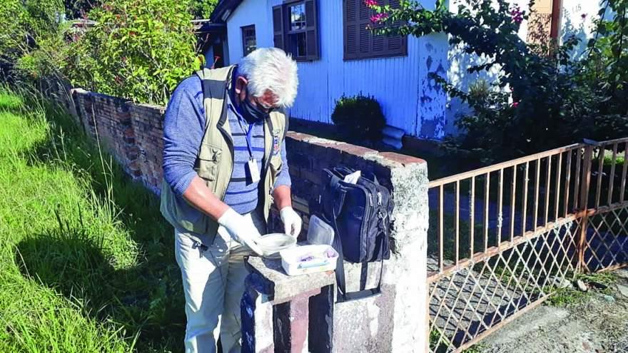 Agentes de Combate às Endemias fazem visitas domiciliares para coleta de material e para orientar a população