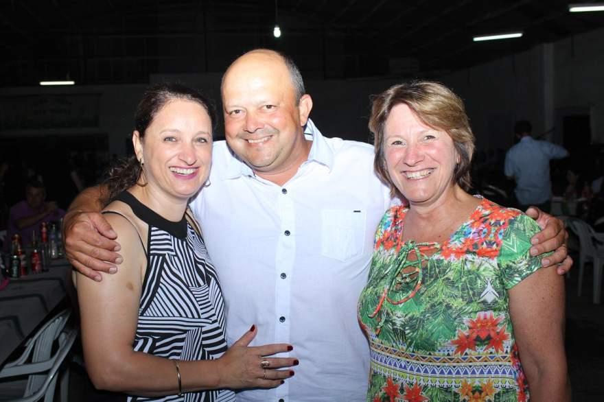 O presidente do Minuano, Márcio Soares com a esposa Jussi, e a diretora da Escola Percílio, Deisi Carvalho
