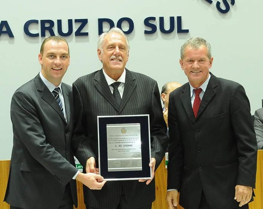 Candelariense Iro Schunke (ao centro) recebeu o título de cidadão santa-cruzense entregue pelos vereadores Paulo Lersch e Nasário Bohnen - Junio Nu