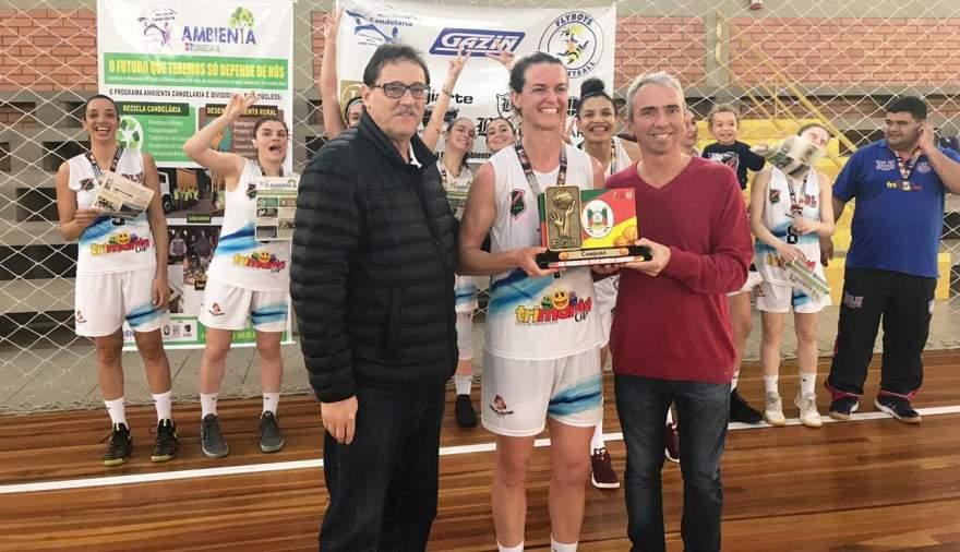 A premiação do Blumenau Basquete como campeão do torneio