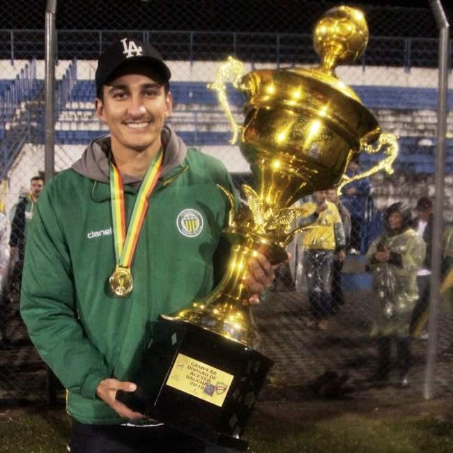 Carlos Schneider com o troféu da Divisão de Acesso conquistado pelo Ypiranga, de Erechim