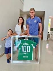 Douglas ao lado do filho Davi e esposa Daiana: goleiro atingiu a marca de 100 jogos pelo clube baiano em 2019 (Arquivo pessoal  - Douglas Friedrich)