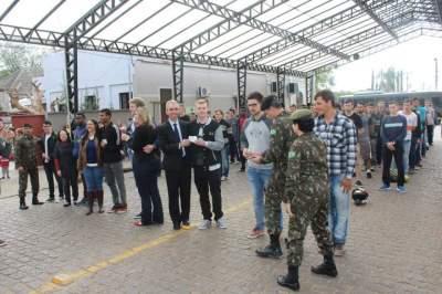 Jovens dispensados do serviço militar realizam juramento à Bandeira