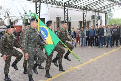 Inicio da solenidade com a entrada da Bandeira do Brasil na rua Coberta