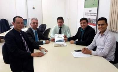 Prefeito Paulo Butzge, secretário Tavares e Daniel Aires, diretor da Lume, se reuniram com o secretário Tarcísio Minetto