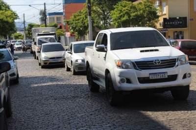 Cerca de 100 veículos participam de carreata pela reabertura do comércio